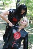 Rubio y brunette con el sable del samurai Fotografía de archivo