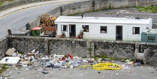 Rubish förrådsplats och husvagn som används som permanent hem Royaltyfria Bilder