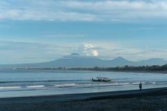 Rubish na plaży tropikalny morze Plastikowy ?mieci, piana, drewno i brudzi odpady na pla?y w letnim dniu obraz royalty free