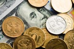 rubli di monete sulle banconote dei dollari Fotografia Stock