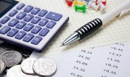 Rubli russe con il calcolatore e una penna e cifre fotografie stock