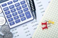 Rubli russe con il calcolatore e una penna e cifre immagini stock libere da diritti