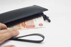 5000 rubli in una borsa con una chiusura lampo Fotografie Stock
