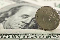 Rublo russa contro lo sfondo dei dollari del ferro Immagine Stock Libera da Diritti
