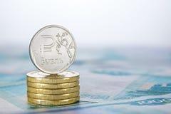 Rublo russa su un mucchio delle monete Fotografie Stock