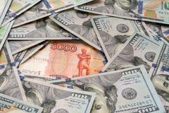 Rublo y dólar La lucha de la rublo y del dólar en el mundo financiero moderno Ratio de la moneda, concepto imagen de archivo