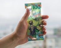 100 rublos comemorativos em honra do campeonato do mundo em Rússia Foto de Stock