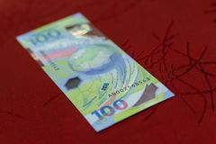 100 rublos conmemorativas de billetes de banco para el mundial 2018 de la FIFA Imágenes de archivo libres de regalías