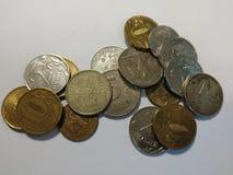 Rublos de monedas de Rusia con el fondo blanco imagenes de archivo