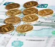 10 rublos de monedas y 1000 rublos de billetes de banco Foto de archivo libre de regalías