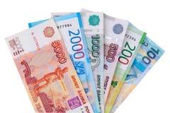 Rublos de rusos de la moneda incluyendo nueva 200 y 2000 frotaciones en sistema Aislado en el fondo blanco imágenes de archivo libres de regalías