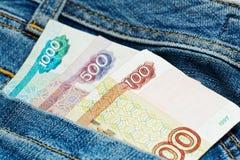 Rublos de russo no bolso de calças das calças de brim Fotografia de Stock Royalty Free