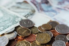 Rublos do russo Dez rublos de moedas no foco Papel moeda no backgr Fotos de Stock