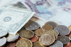 Rublos do russo Dez rublos de moedas no foco Papel moeda no backgr Imagens de Stock Royalty Free