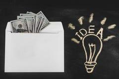 Rublos e dólares Dinheiro no envelope Taxa de câmbio Preços da elevação e da queda Conceito do dinheiro de lavagem Planeamento do imagem de stock