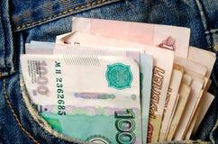 Rublos en sus tejanos con bolsillos Foto de archivo