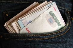 Rublos en sus tejanos con bolsillos Imagen de archivo libre de regalías
