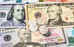 Rublos rusas de monedas sobre billetes de banco de los dólares Imagen de archivo libre de regalías