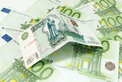 Rublos rusas en el fondo de billetes de banco euro Imágenes de archivo libres de regalías