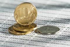 10 rublos rusas, monedas mienten en considerar de los documentos Fotografía de archivo libre de regalías