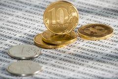 10 rublos rusas, monedas mienten en considerar de los documentos Crisis económica Fotos de archivo libres de regalías