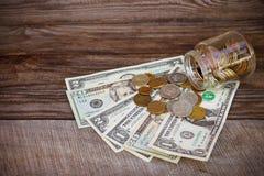 Rublos rusas y dólares en el viejo fondo de madera Foto de archivo libre de regalías