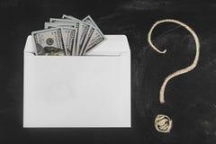 Rublos y dólares Dinero en el sobre Tipo de cambio Precios de la subida y de la caída Concepto de efectivo que lava plancha Plane foto de archivo libre de regalías