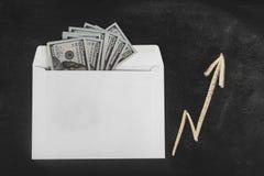 Rublos y dólares Dinero en el sobre Tipo de cambio Precios de la subida y de la caída Concepto de efectivo que lava plancha Plane foto de archivo