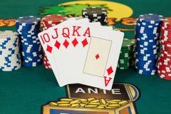 Rubor real de las tarjetas y de las virutas del casino del diamante Imágenes de archivo libres de regalías