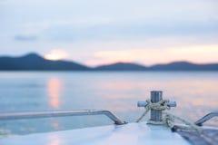 Rubriek aan een eiland op een zonsondergangtijd Stock Foto