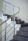 Rubrique de description avec la pêche à la traîne métallique d'escalier Photo stock