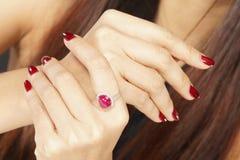Ruby Diamond Ring auf Frauenhand stockbilder