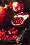 Ruby Pomegranate com sementes e faca foto de stock royalty free