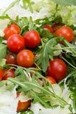 Ruccola, φύλλα μαρουλιού και ντομάτες κερασιών Στοκ Φωτογραφίες