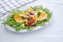 Ruccolasalade met sinaasappel, kaas, sesam en balsemiek Royalty-vrije Stock Fotografie