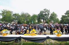 Ruchów żałobników wraz z kwiatem na drodze przy Watem Phra Kaew na Październiku 22 Tajlandzcy ludzie, 2016 Zdjęcia Stock
