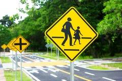 Ruchów drogowych rozdroży symbole na ładunku & znak Zdjęcia Royalty Free