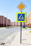 Ruchów drogowych znaków główna droga i zwyczajny skrzyżowanie z mieszkanie b Fotografia Stock