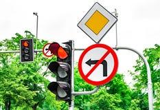 Ruchów drogowych znaki, ruchów drogowych znaki, światła ruchu z czerwonym światłem, obracanie zabraniający fotografia royalty free
