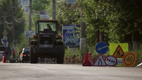 Ruchów drogowych znaki instalujący w stosie, podczas drogi naprawy zbiory wideo