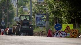 Ruchów drogowych znaki instalujący w stosie, podczas drogi naprawy zbiory