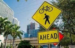 Ruchów drogowych znaki na miasto drodze w Miami, usa Rowerowy i zwyczajny skrzyżowanie naprzód ostrzega Transportu ruch drogowy i obraz royalty free