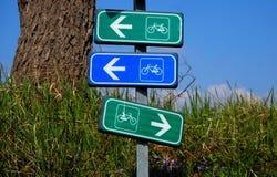 Ruchów drogowych znaki po środku wsi Sygnały dla rowerów pasów ruchu z trzy różnymi kierunkami Zdjęcia Stock
