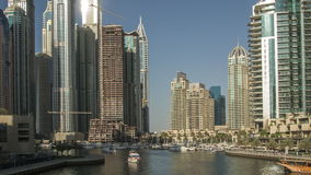 Ruch łodzie na rzece w nowożytnym mieście, Czasu upływ zbiory wideo