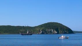 Ruch żeglowanie statek Nadezhda w Amur zatoce Bosporus Easern cieśnina w tle Rosyjska wyspa podczas zbiory