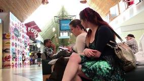 Ruch bawić się telefon komórkowego przy spoczynkowym terenem piękna kobieta zbiory wideo