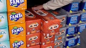 Ruch bierze korzeniowego piwo wśrodku Walmart kobieta zbiory