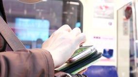 Ruch bierze MRT i bawić się grę na telefonie dojeżdżający zbiory