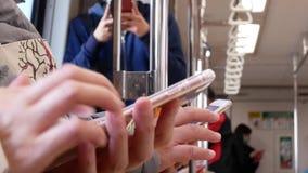 Ruch bierze MRT i bawić się telefon dojeżdżający zbiory wideo