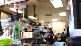 Ruch bierze rozkaz przy kontuarem wśrodku KFC restauraci pracownik zdjęcie wideo
